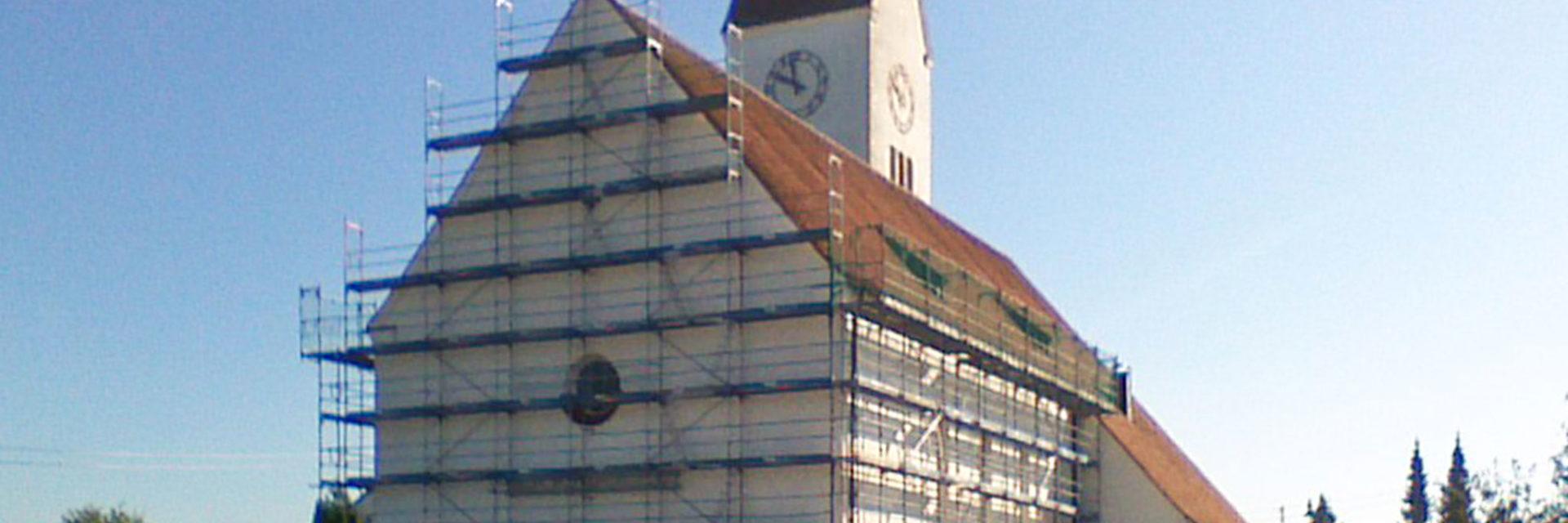 Außenansicht der eingerüsteten Kirche in Unterkammlach
