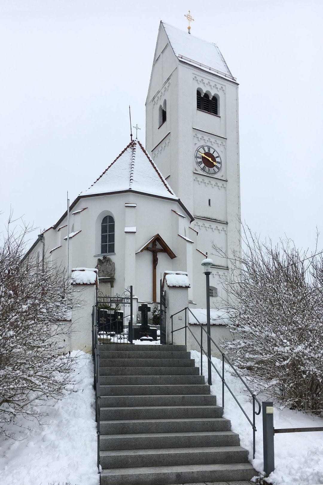 Außenansicht der Kirche in Attenhausen