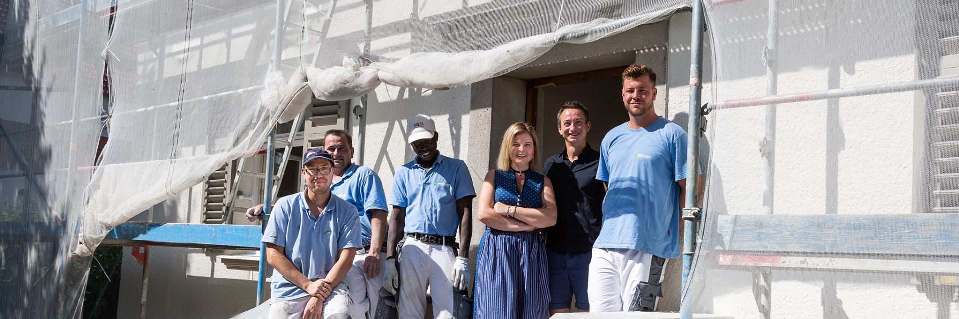 Maike Knauth mit Bauarbeitern vor dem frisch renovierten Pfarrhof